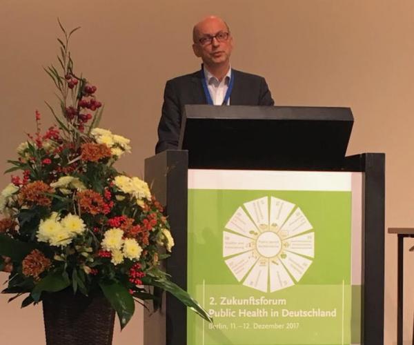 Dr. Johannes Nießen, der 1. Stellvertr. Vorsitzeden des BVÖGD bei einer Keynote